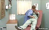 Geile dokter neukt zijn mannelijke patiënt