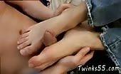 De voeten van zijn vriend om de paal