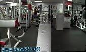 Aantrekkelijke mannelijke lichamen in de sportschool
