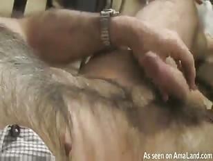 Mooi behaarde man speelt met zijn lul